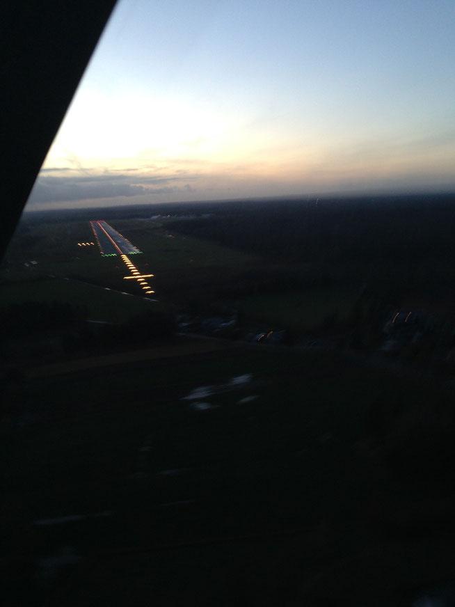 Anflug auf die Landebahn 25 in Lübeck unter voller Beleuchtung