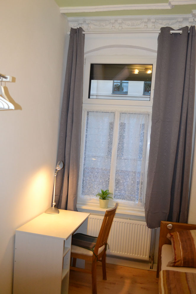 Hallunke - Schlafzimmer neu 2021 - Straßenseite mit Schreibtisch