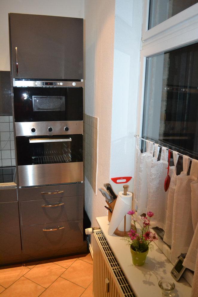 Mikrowelle und darunter Backofen in Küche Händel