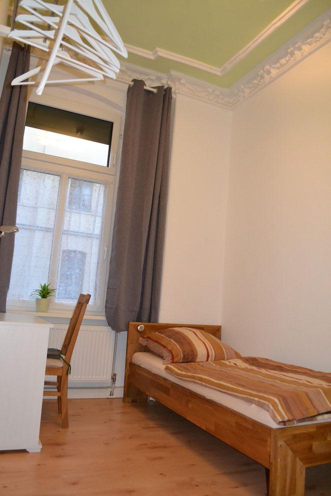 Hallunke - Schlafzimmer neu 2021 - Einzelbett 90/200 Eiche Straßenseite