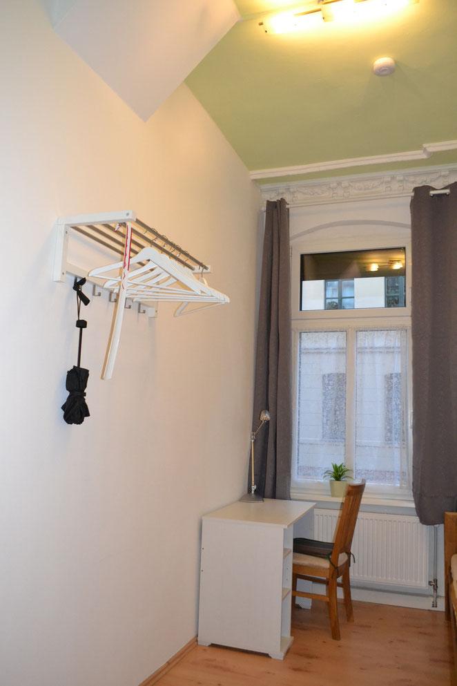 Hallunke - Schlafzimmer neu 2021 - Garderobe/Schreibtisch - Blick zur Straße