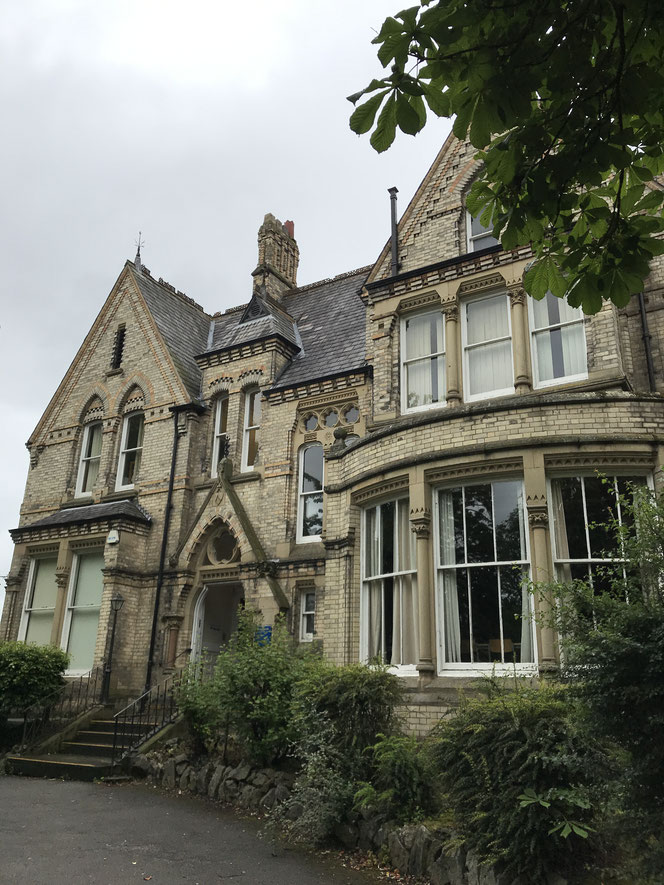 19世紀イギリス、マンチェスターに建てられたお城のような核家族用の一軒家