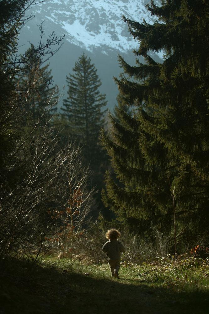 """""""... réapprendre à vivre AVEC la nature. A respecter, en harmonie, notre planète et nos existences. Un défi essentiel."""" Voir le billet ci-dessus. Photo : Léni 20 mois dans la forêt de Freydières. Merci au photographe, Kolia."""