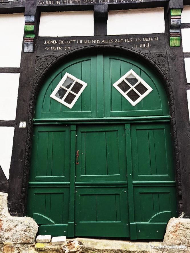Ein historisches Hoftor in grün.