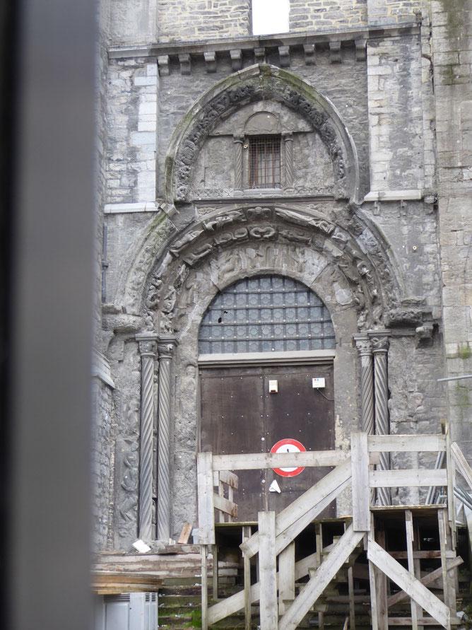 Tournai - Cathédrale Notre-Dame - Porte Mantile naast het noordtransept