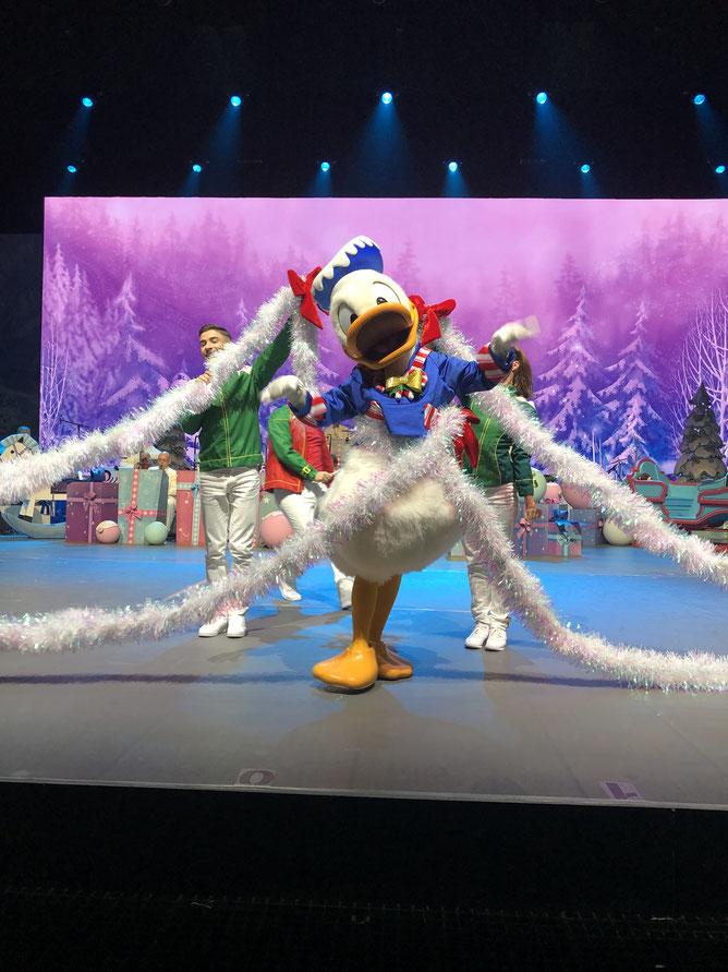 Donald singt so gerne Weihnachtslieder. Würde er sich bloß nicht so fesseln würde.