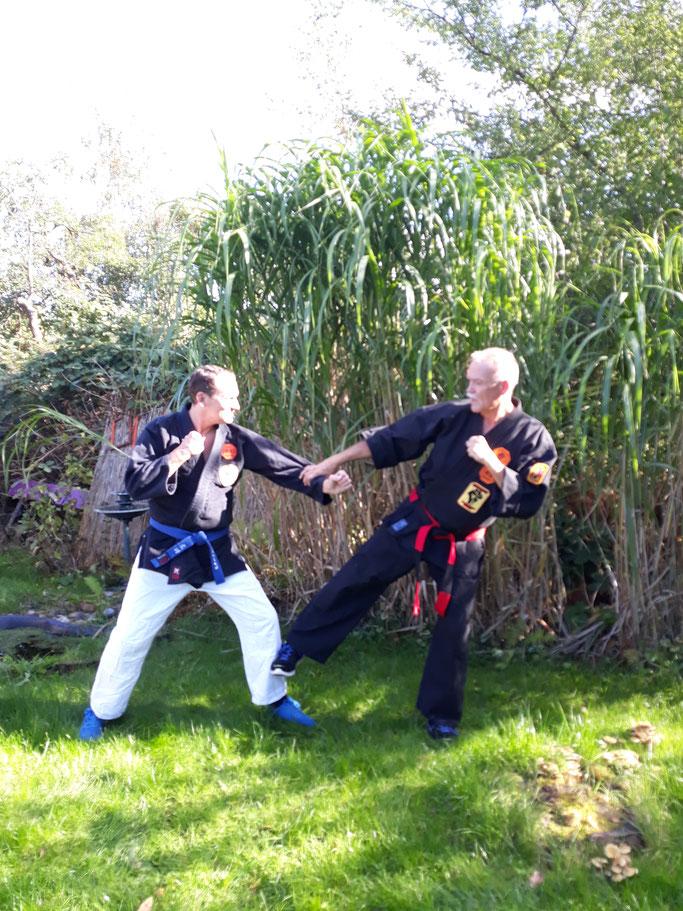 Carsten Papenfuß (links im Bild) und GM Erich Ries während des Einstufungslehrgangs zum 1. Dan Kenko Kempo Karate