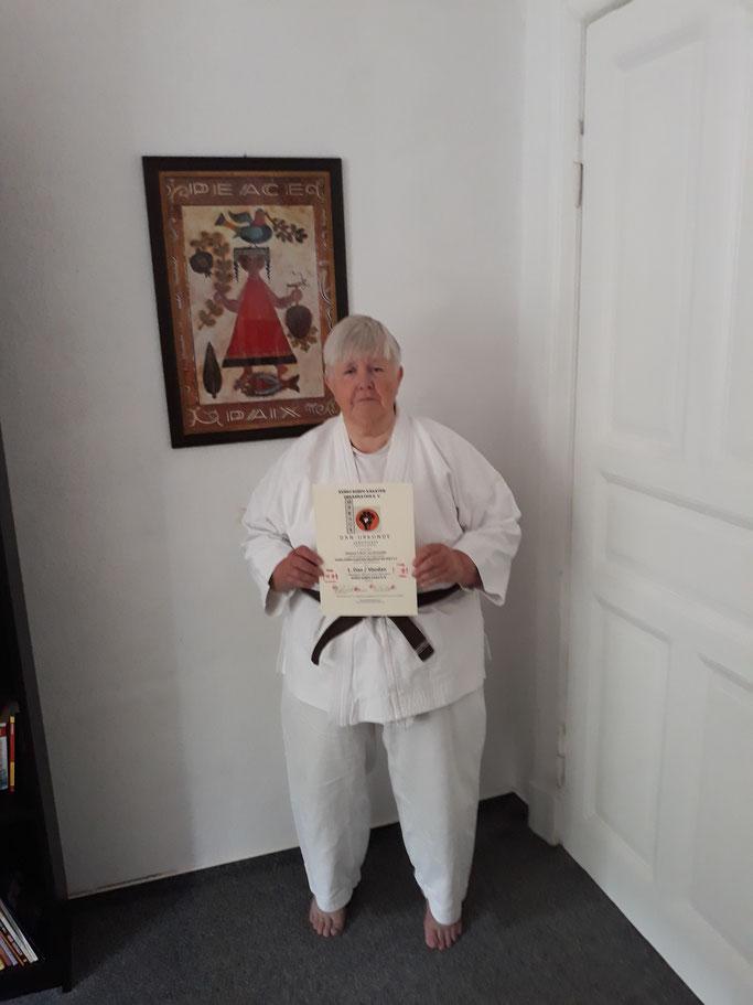 1. Dan Kenko Kempo Karate für Prof. emerita Johanna E. M. H. (Annelies) van Bronswijk - herzlichen Glückwunsch!