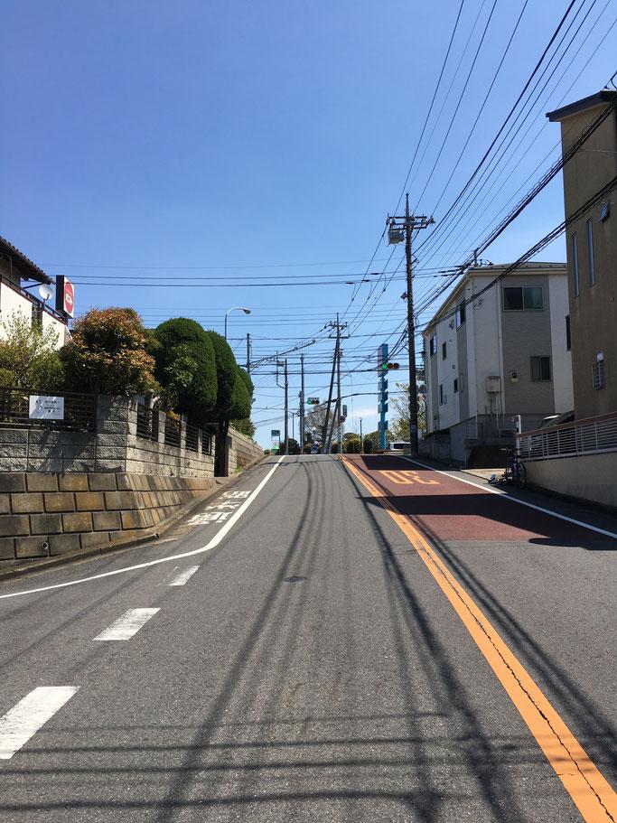 はい、この信号を渡った右側or右に曲がってすぐ左側の建物です!