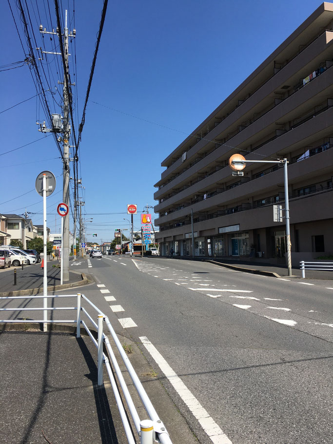 はい、この信号手前の右側の建物です!