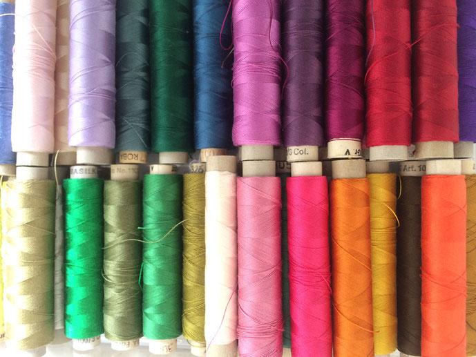 farbige Fadenspulen