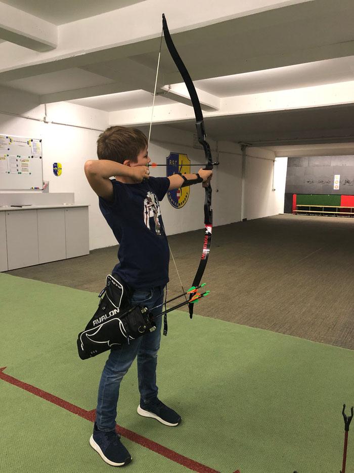 Christoph Hovorka, Schütze des BSC Arcus Jugendkaders in der halle beim Schießen