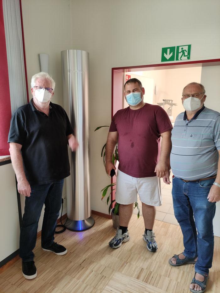 Kita-Beauftragter René Asché, Youvee-Luftfilter B123600 Elox Silber mit CO2-Konzentration Messung, Mitarbeiter der Firma Youvee GmbH, Kita-Hausmeister Lothar Gilge (von links)