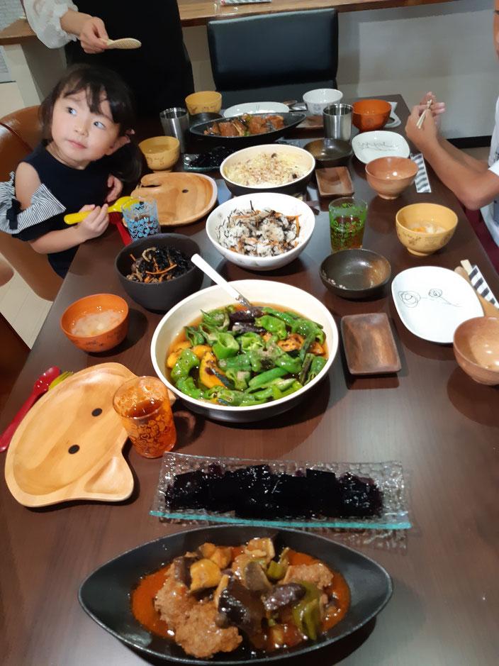本日のメニューは煮込みハンバーグ、夏野菜の煮びたし、ひじき、お味噌汁、ヒジキの混ぜご飯、ブドウゼリー