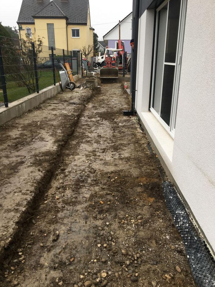 Grabarbeiten für Gartenweg