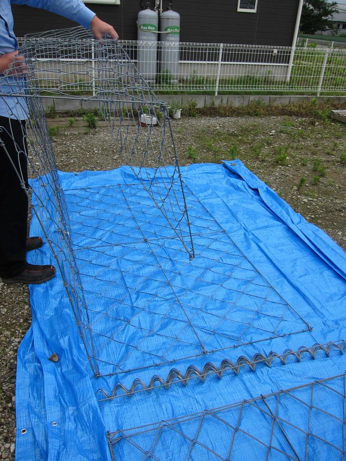 山や自宅裏の、豪雨による土砂崩れを防ぐのにふとんカゴは有効です。その金網製のふとんカゴを、写真付きで組み立て方をご紹介しております。