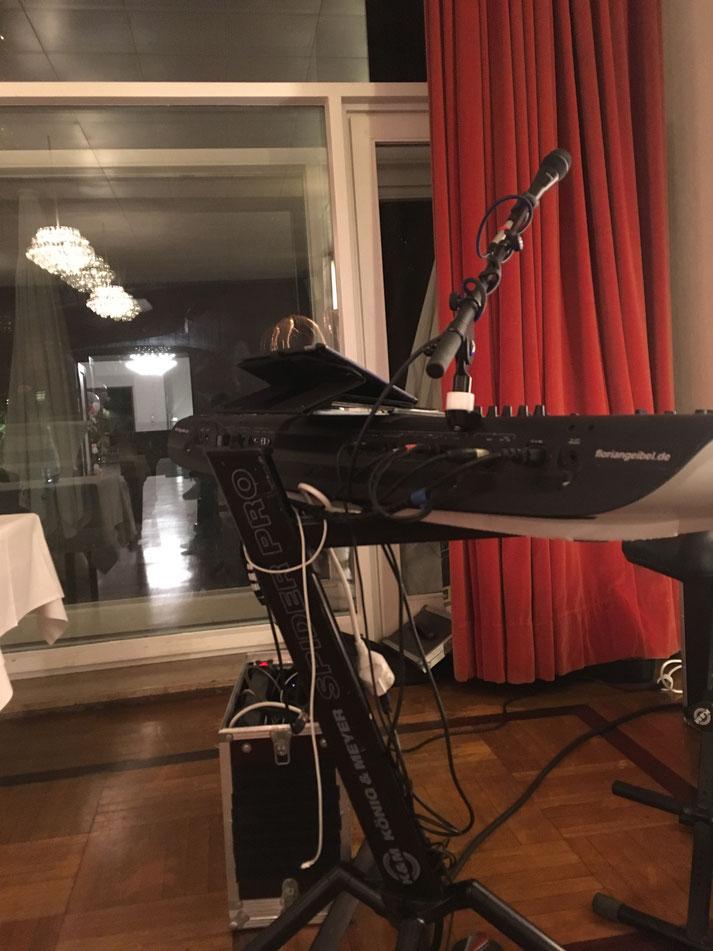 Loungemusiker als Pianist und Sänger