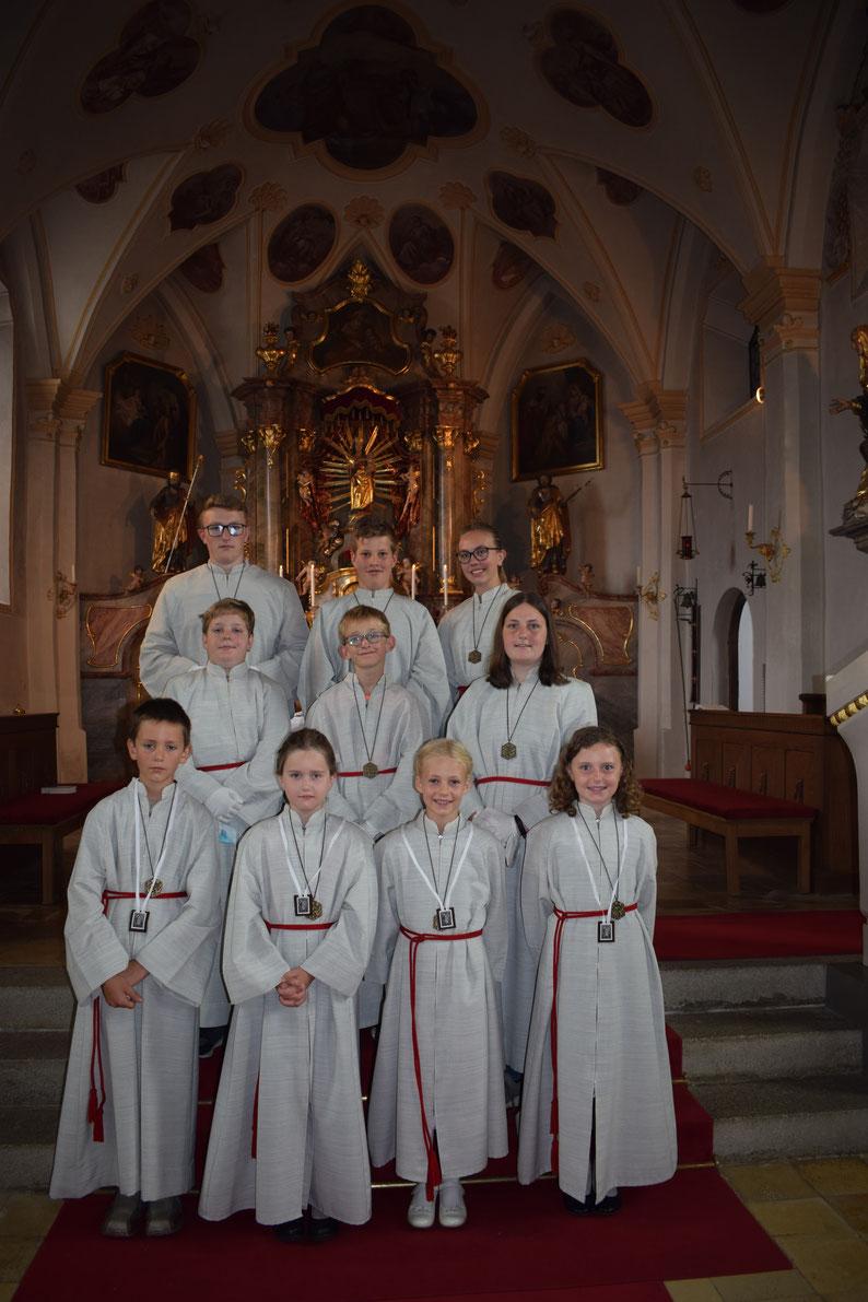 Abbildung 1. Reihe: Die neuen Ministranten, Vitus Berndl, Emma Ippenberger, Theresa Unterreithmeier und Magdalena Eglhuber