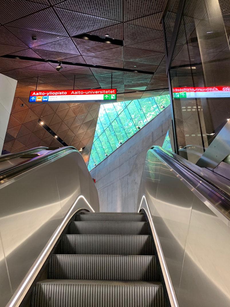 駅も新しくて、三角を組み合わせた素敵なデザイン
