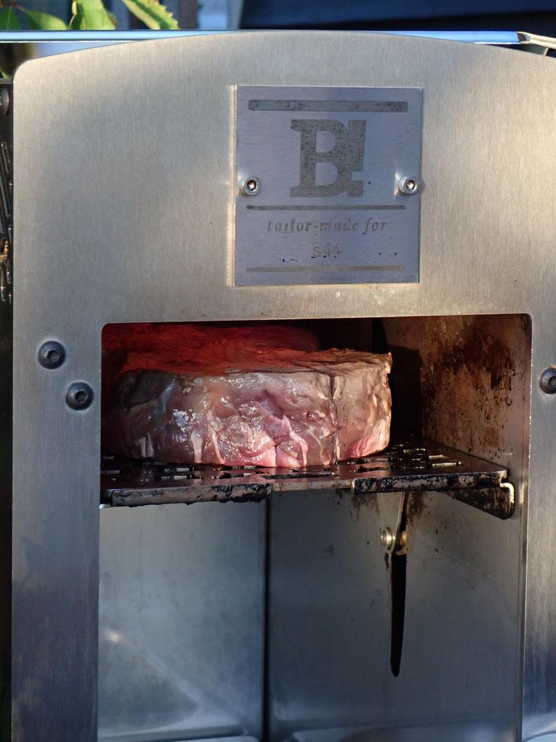 gerade in den Beefer reingeschoben - in wenigen Minuten köstlichstes Grillfleisch: Innen zartest und außen knusprigst! Einfach ein Träumle.