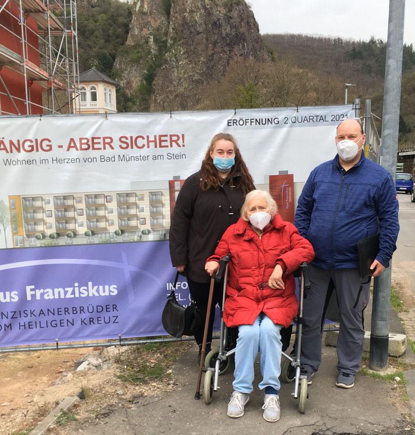 Die zukünftige Mieterin Helga Frey (Mitte) mit Sohn Thorsten und Enkelin Franziska Frey Foto: Franziskanerbrüder vom Heiligen Kreuz