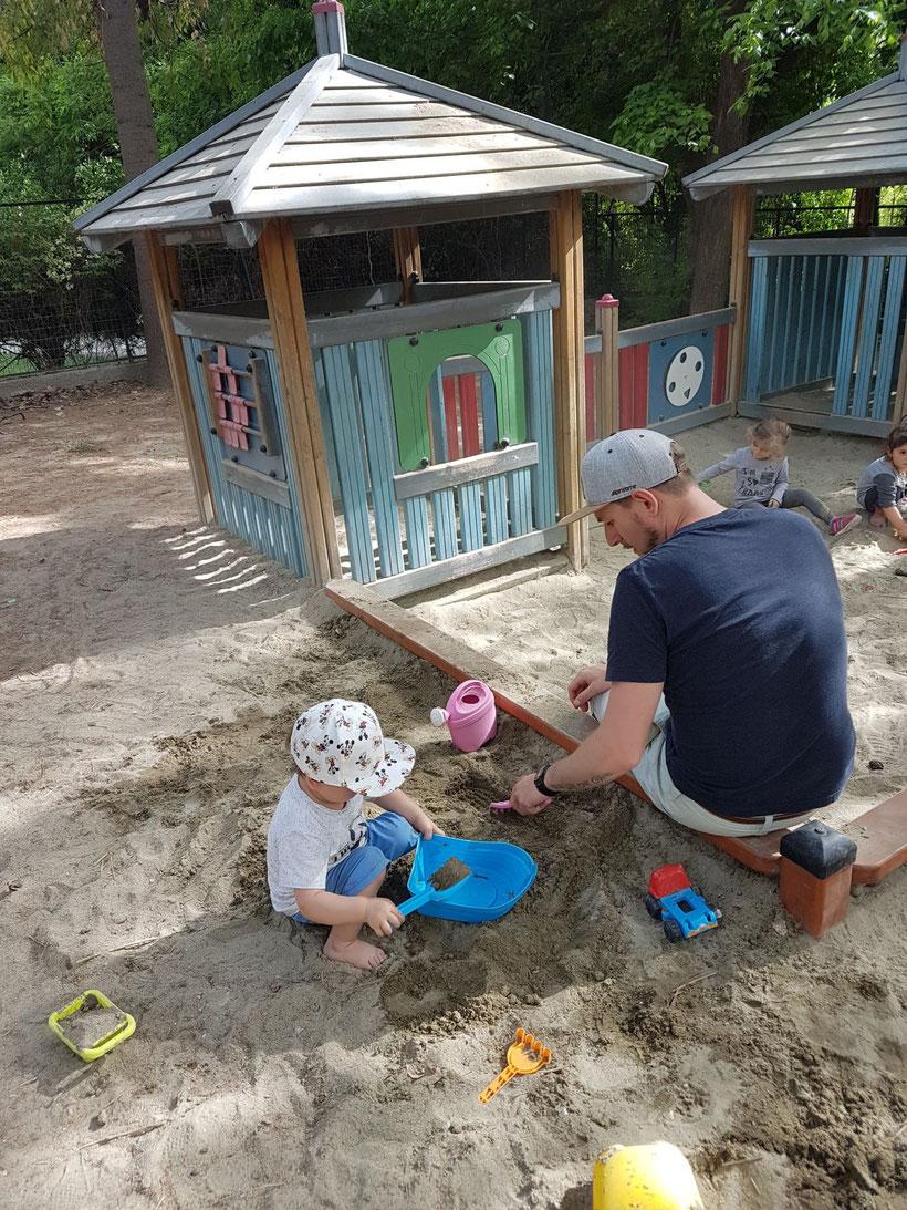 Nunu und Philip beim Spielen in der Sandkiste