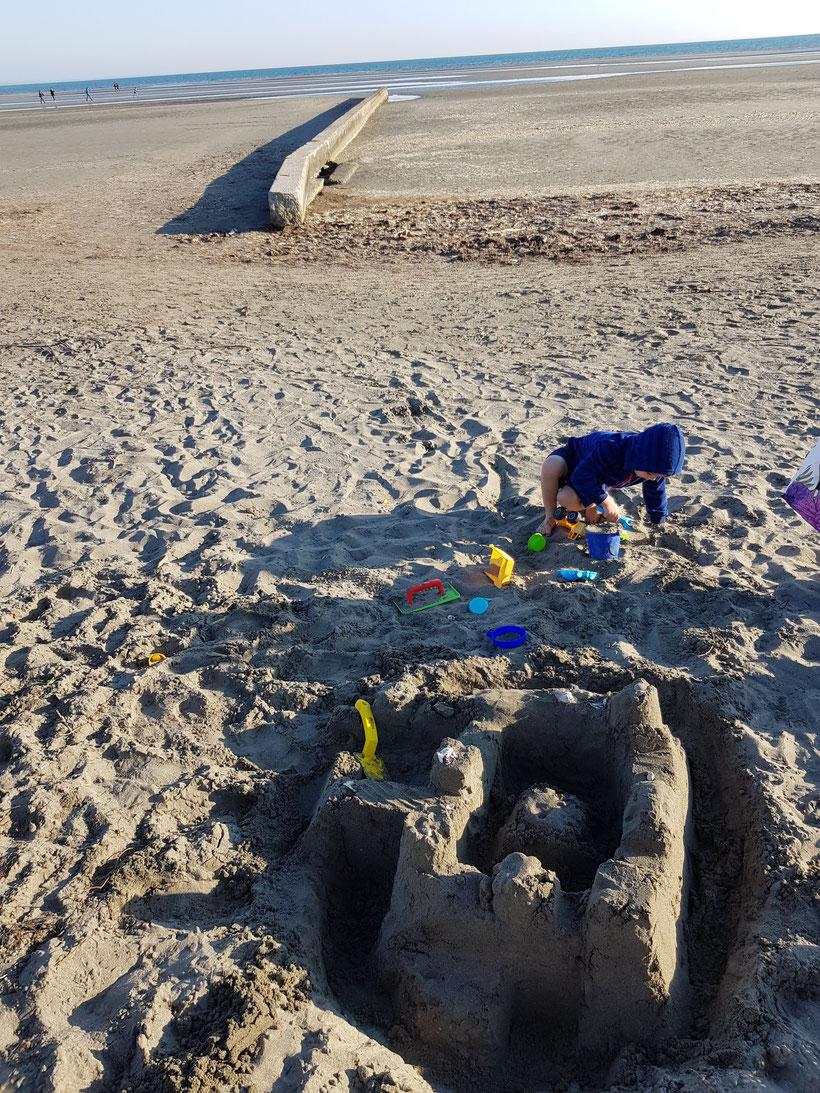 Sandburg Grado Meer Strand mit Kind