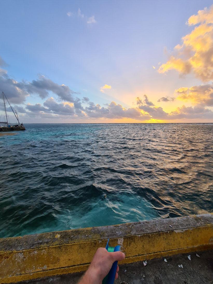 Fischen bei Sonnenaufgang am Pier