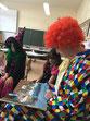 Ein Clown liest vor.