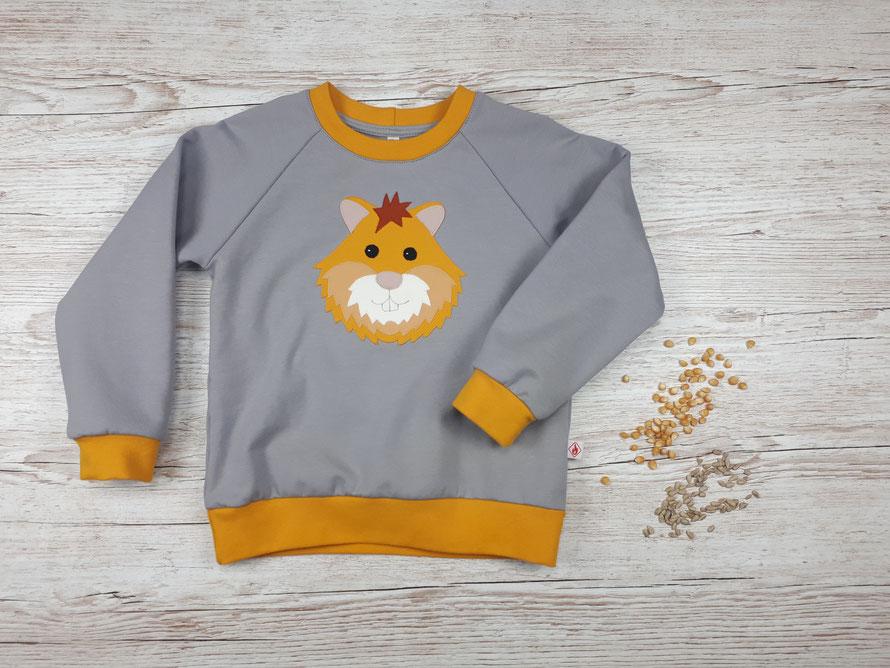 Grauer Kinderpullover mit Feldhamster Applikation aus GOTS Baumwolle