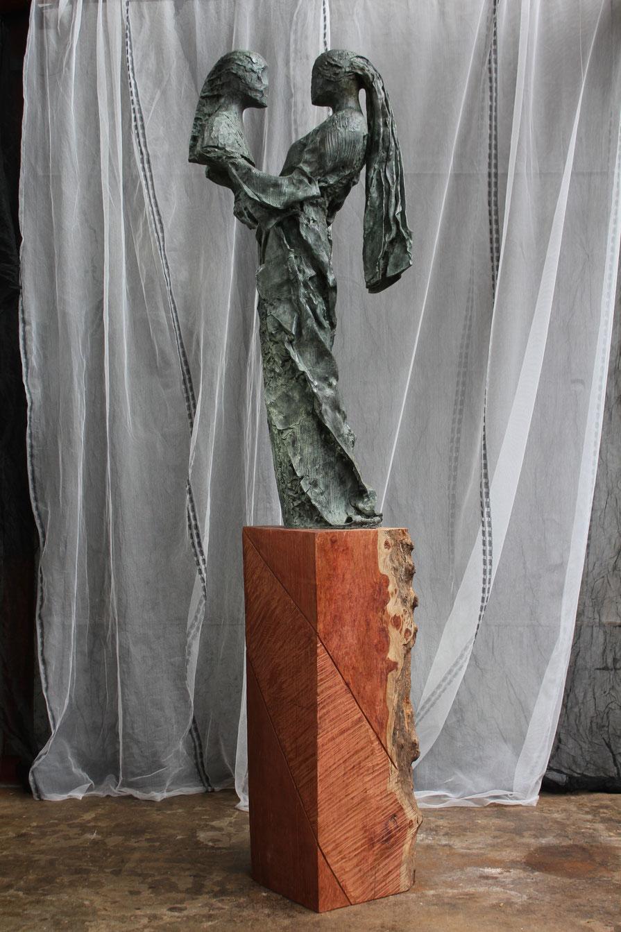 La paix soit avec toi, 2018, bronze and wood, 450 x 111 x 70 cm © Mathilde de Torhout