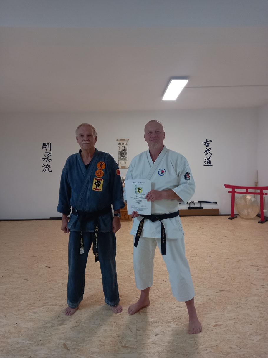 19.08.2021 Sensei Michael Rittershofer (rechts) und Erich B. Ries im Toride-Dojo Apen am Ende der erfolgreichen Prüfung