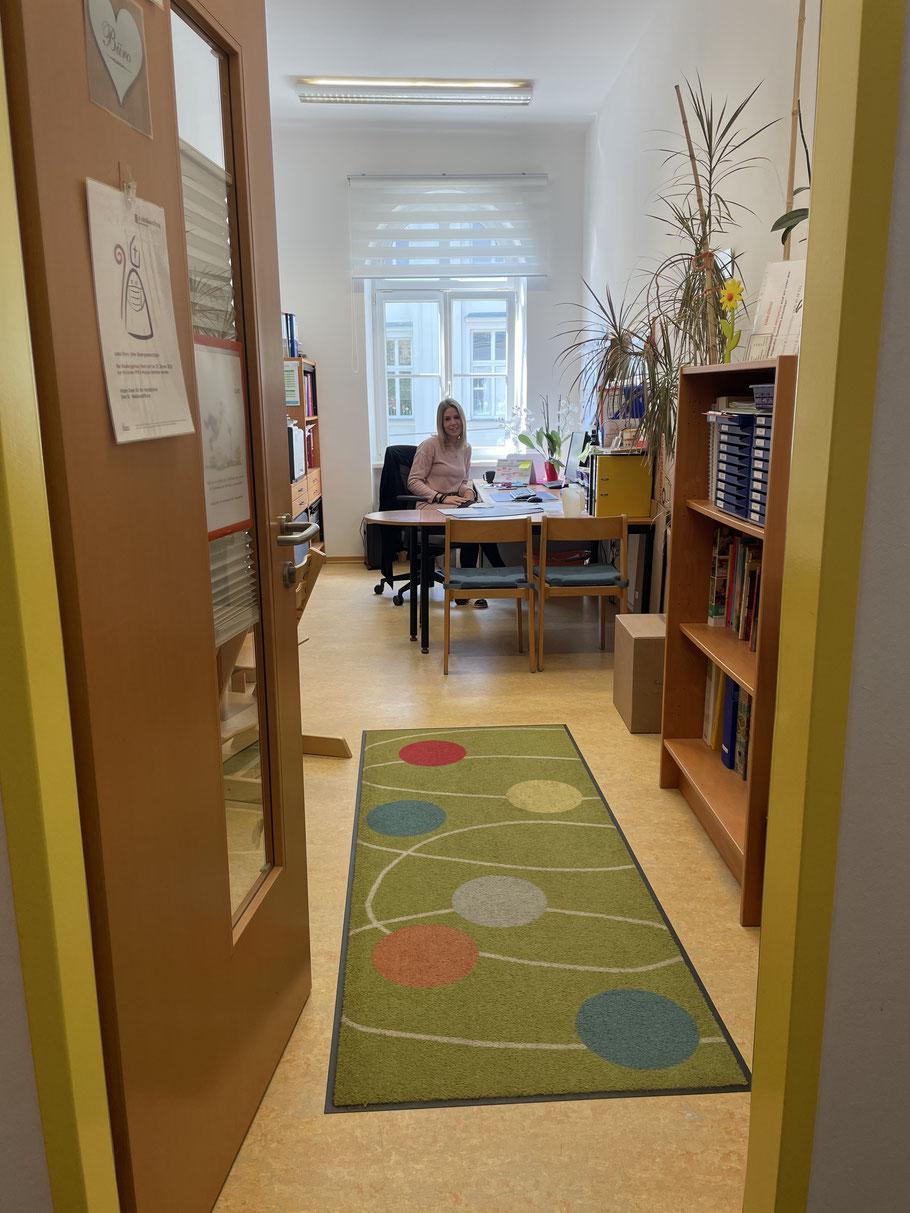 """Die Tür ist immer offen bei Sandra Eder-Lassnig - egal, ob eine Pädagogin einen Ausdruck braucht oder eines der Kinder der  Gruppe nebenan mal """"Hallo"""" sagen will."""