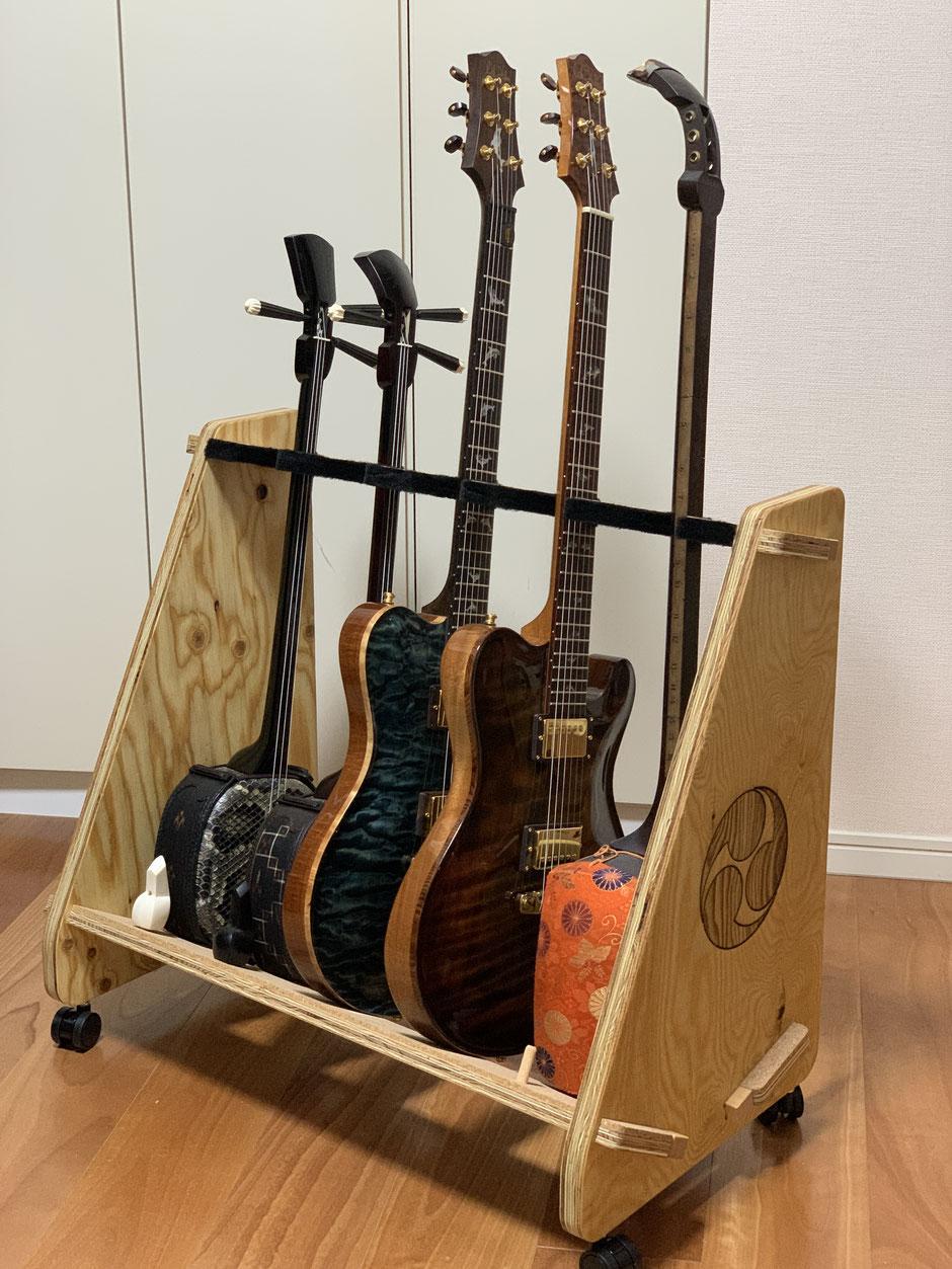 三線とギターと三味線を置いたスタンド