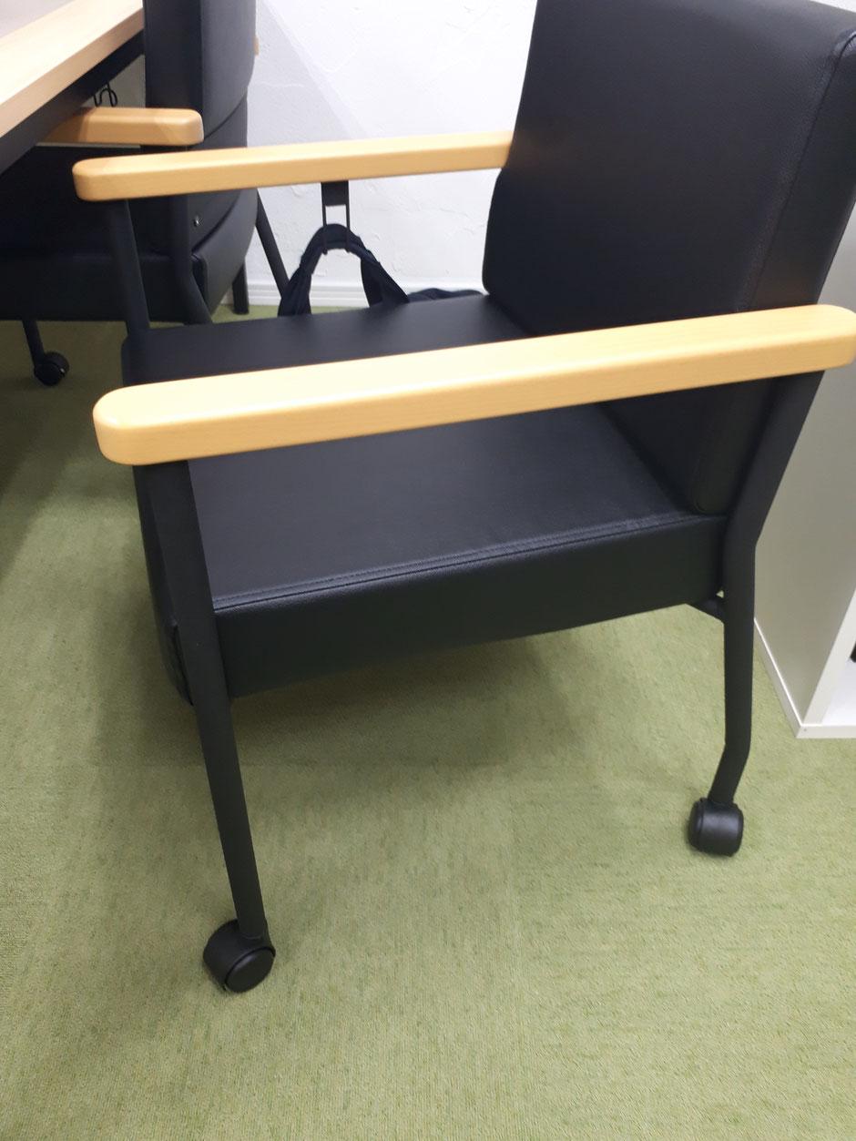 キャスターと手すりのある椅子