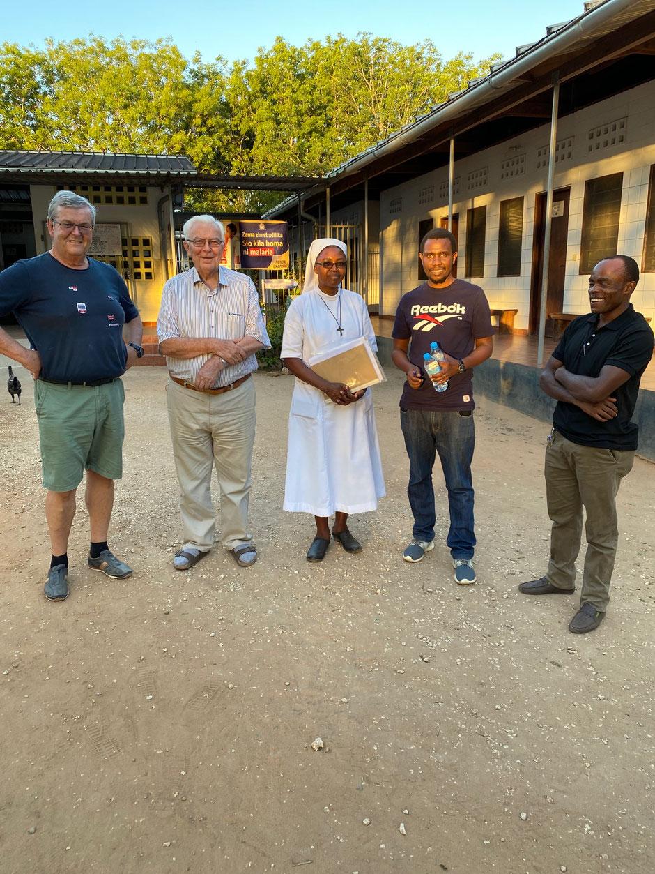 Dr. Atasia, Dr. Ronald, Sister Imakulata und Bruder Markus freuen sich über die Hospitalerweiterung mit mir.