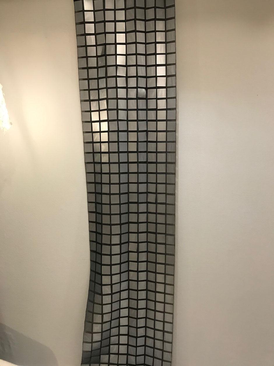 Paneel mit Spiegelquadraten im schwarz transparentem Netz