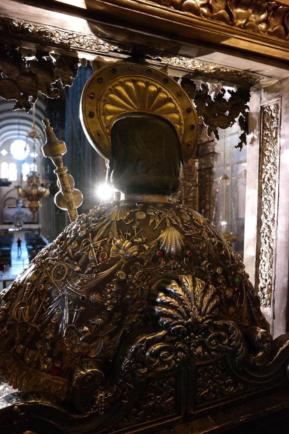 Statue vom Apostel Jakobus über dem Altar in der Kathedrale