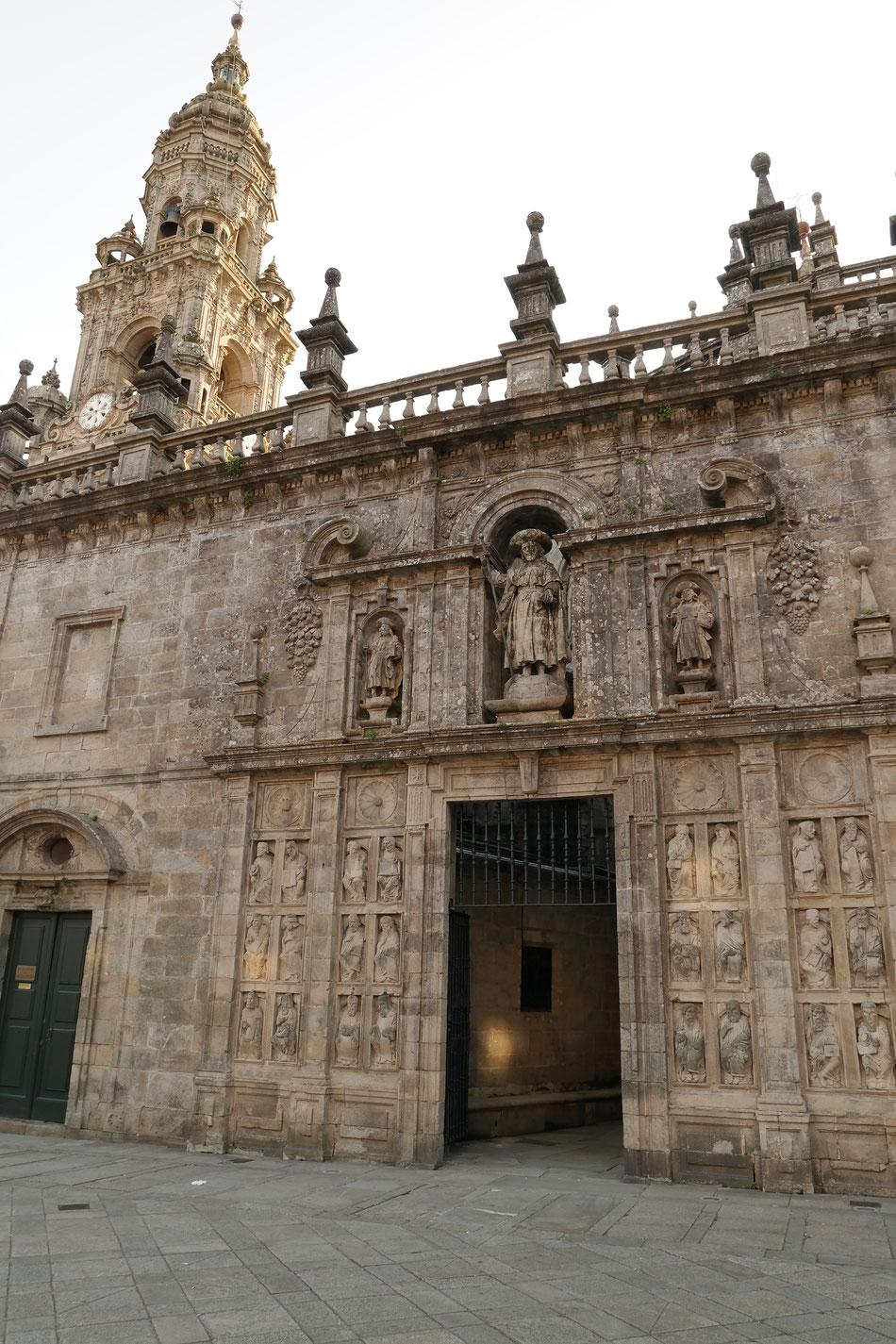 Heilige Pforte (Porta Sancta) ist geöfnet! Die Pforte ist noch bis zum 20. November 2016 außerplanmäßig geöffnet, weil der Papst Franziskus das Heilige Jahr der Barmherzigkeit ausgerufen hat. Die nächste Gelegenheit wird 2021 geben.