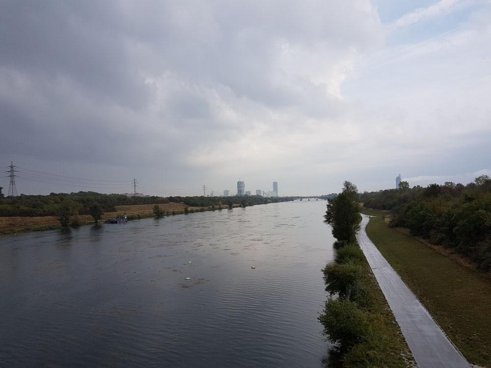 Die Donau ist wirklich eine Rampensau... fast auf jedem Bild ist sie. Im Hintergrund ist übrigens Wien!