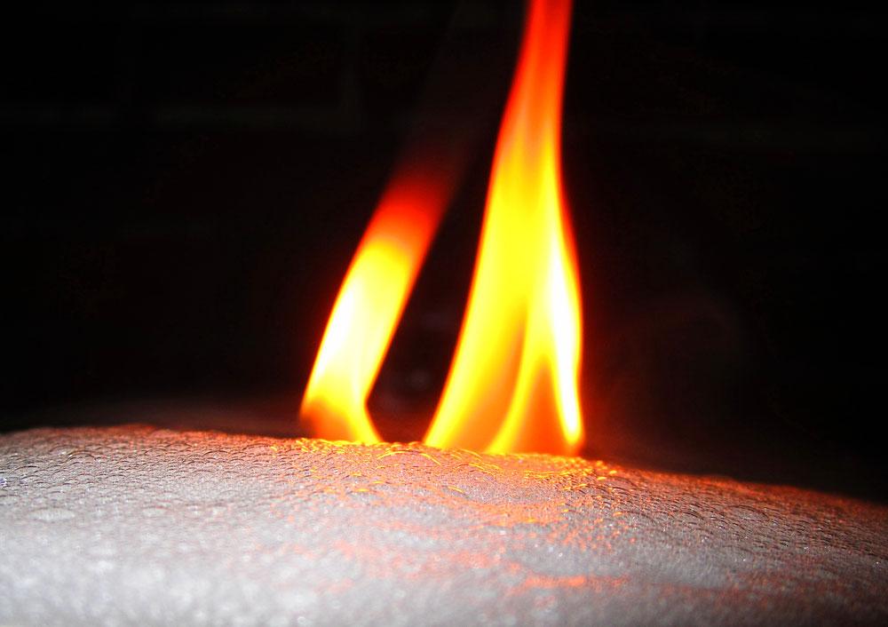 Schaum erstickt Feuer, Versuch Experimentalvortrag Brennen und Löschen von Arne Wittorf