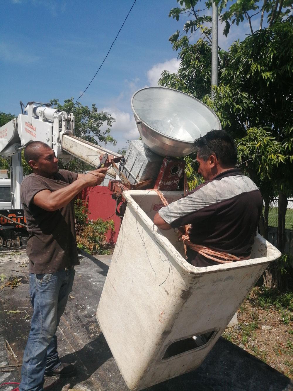 Las lámparas fueron colocadas con ayuda de la empresa Econo- Gruas