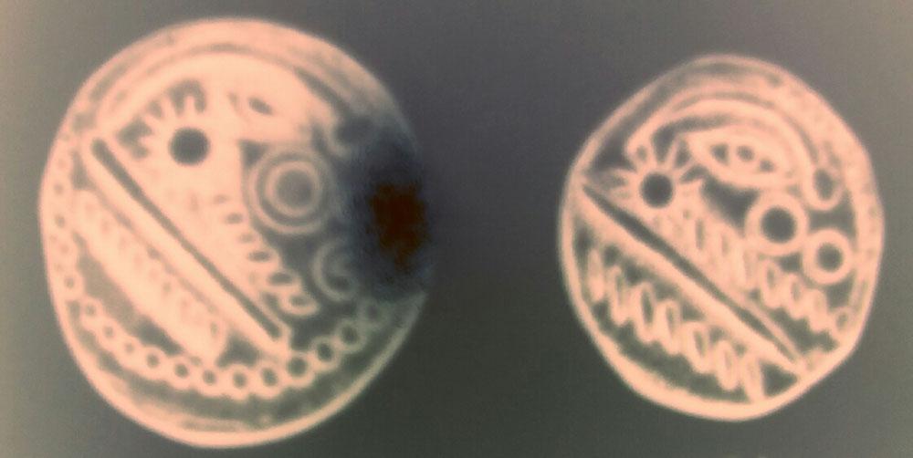 Sur cette monnaie on peut voir l'importance des astres dans la culture gauloise. Une comète, un soleil esprit, une lune et un collier de perles lunaires en entourage.