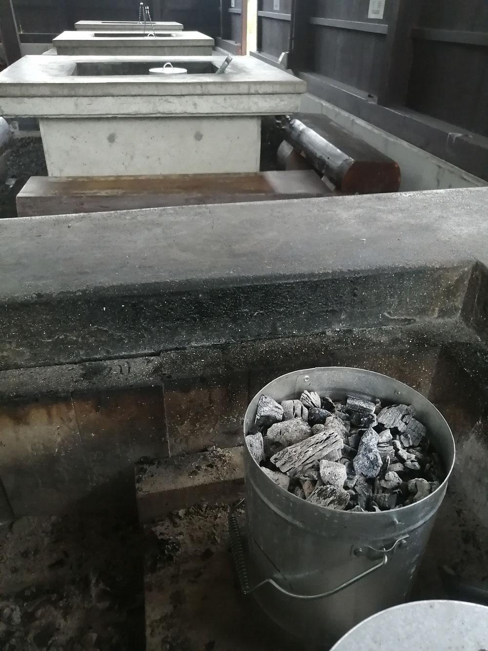 もっと炭を大事に使うべきだったと、今さらですがBBQ 場全炉に炭消しツボを設置しました。