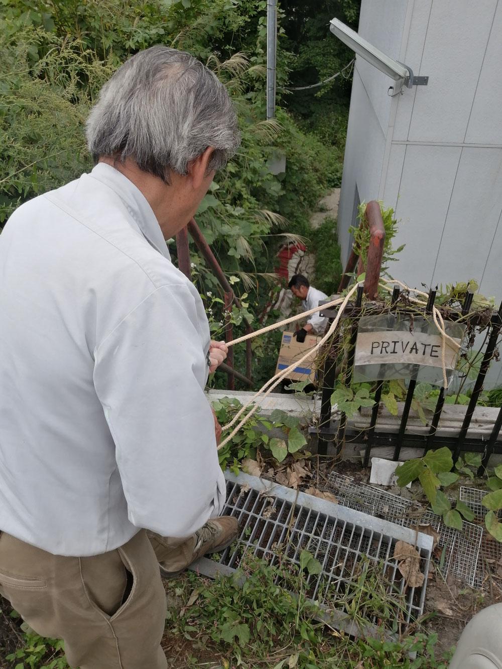 重たいポンプを、ロープで下におろします。9/17木夕方に緊急で発注したのですが、4連休に間に合わせていただき助かりました