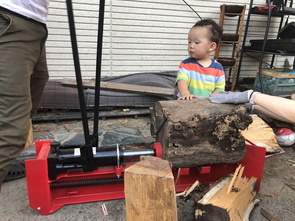 残りの硬ーい薪を割っていたら、電動薪割り機(7トン)が壊れてしまったので、この・・
