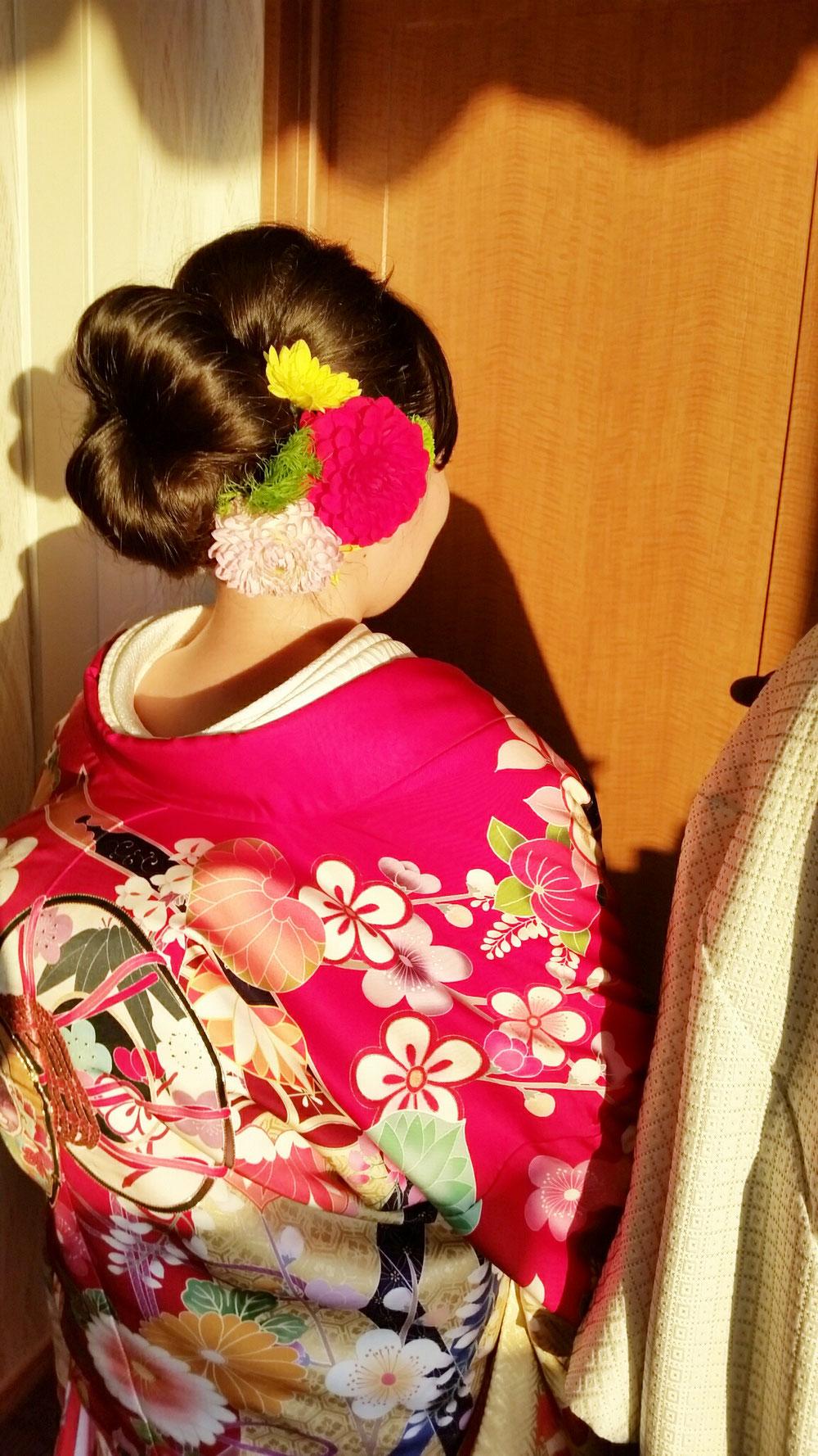 当日和装はコロンと可愛いシニヨンstyleに生花🎵  ラフなstyleが流行りの中、和装styleでメリハリをつけるのもオススメ✨