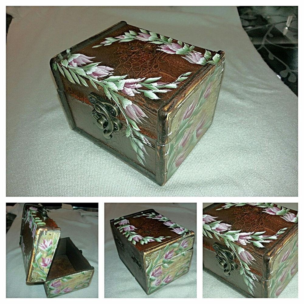 Piccola scatola in legno dipinta a mano