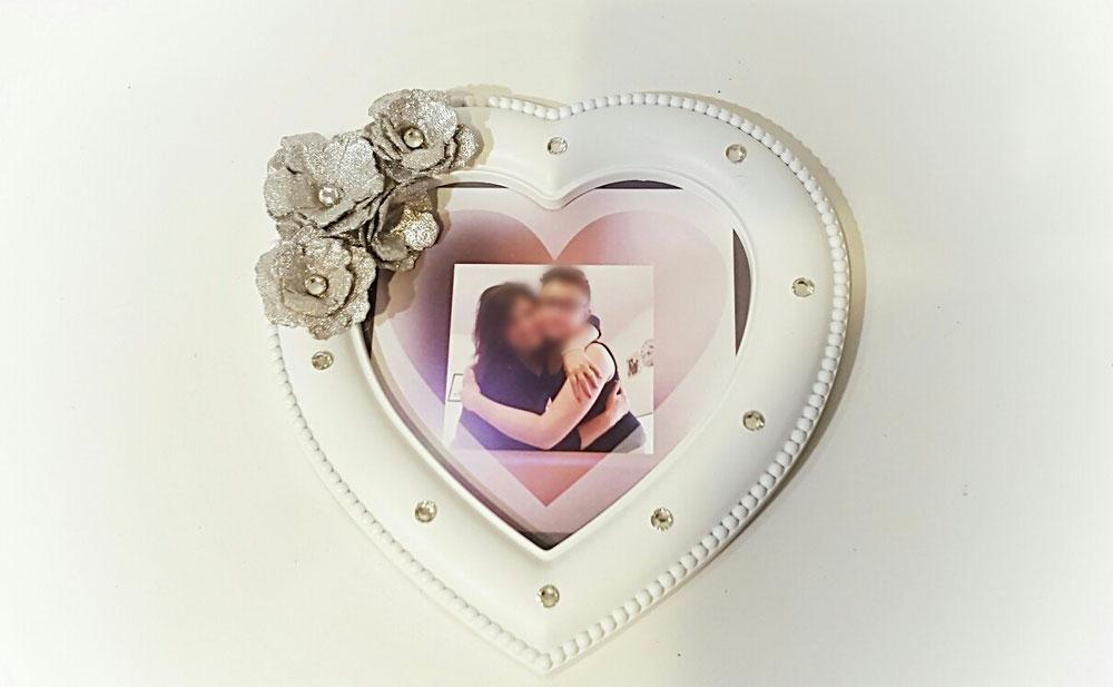 Cornice a forma di cuore con aggiunta di oggetti decorativi