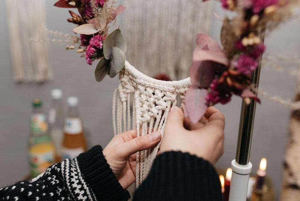 Makramee meets Wandkranz  Wir freuen uns schon sehr mit euch kreativ zu sein und werden euch in schöner Atmosphäre die individuellen Knoten beibringen und wie ihr euren eigenen wandkranz knotet. Danach wird er unter der Anleitung von Maja mit wunderschönen Blumen vervollständigt.  Material ist im Preis enthalten   Termin ist der 12.12.2019 von 18 Uhr bis 21 Uhr im Laden rosalieblumenmünchen   Der Preis pro Person ist 69€.  Für eine kleine Snackbar und Kaltgetränke ist gesorgt  Anmeldung per Mail bei der lieben Maja www.welt-der-rosalie.de